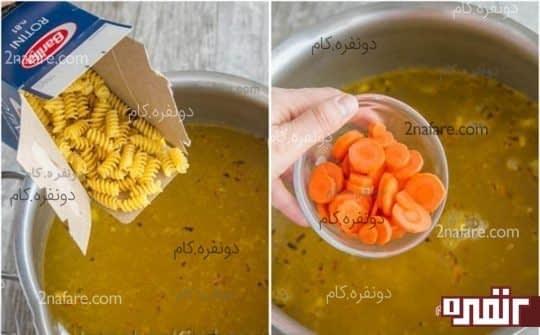 اضافه کردن ماکارونی و هویج حلقه شده