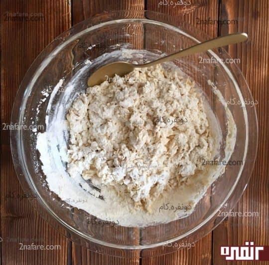مخلوط کردن آرد و خمیر مایه