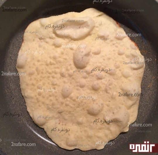 خمیر نان رو در ماهیتابه برشته میکنیم