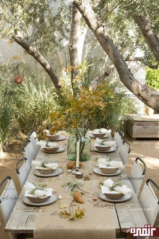 ترکیب رنگ های میز با با چوب طبیعی و یک رانر کرباسی رنگ به همراه ایده برگ های پاییزی در یک گلدان شیشه ای به همراه چیدن گلابی و شاخه های ظزیف سبز رنگ قادر هسانتد با یک تم دوستانه و راحت رو برای ما به همراه مهمانان القاء کنه