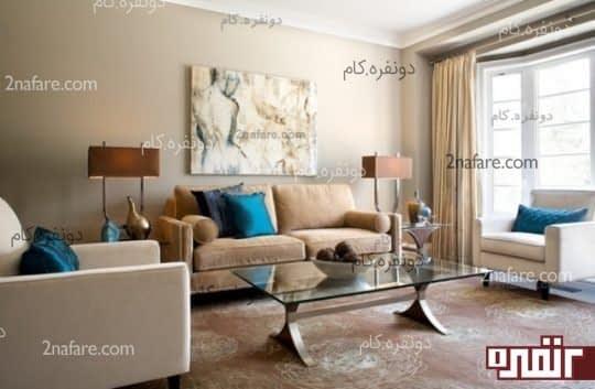 اتاق نشیمنی با ترکیب سایه های رنگ قهوه ای ملایم کاناپه به همراه بالش یا کوسن های آبی پررنگ .به انتخاب رنگ های وسایل تزیینی و اجزاء اتاق دقت کنید که چگونه هارمونی به خوبی رعایت شده است.