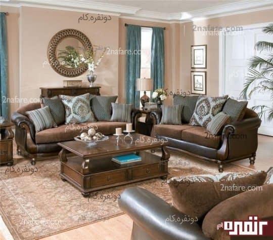 طراحی یک اتاق نشیمن سنتی با استفاده از طیف های رنگی باشکوه تر،مبلمانی راحت و در عین حال فاخر با تنالیه قهوه ای روشن و تیره به همراه پرده های آبی ،یک فضای بانشاط و شیک را ارائه داده است.