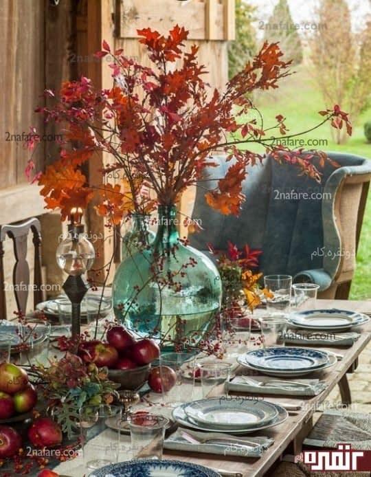 به کار بردن رنگ برگ های رنگارنگ به همراه چیدمانی از میوه های پاییزی
