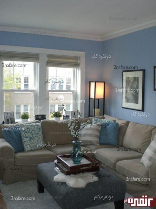 دیوار هایی با رنگ آبی روشن همراه با مبلمانی که از روکش هایی با طیف قهوه ای متمایل به زرد استفاده شده است ،فضایی دنج و دوستانه را طراحی کرده است.
