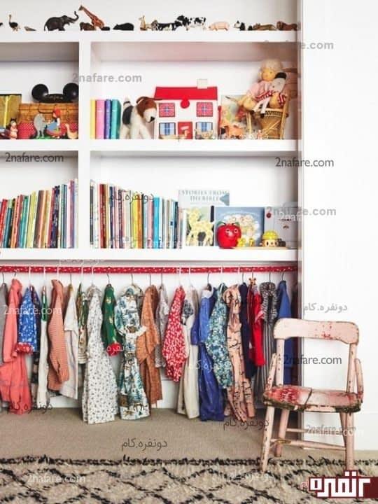 ایده کتابخانه ای که زیر آن را شبیه به یک رگال انتخاب لباس همراه با جا قلابی رنگی که در واقه قسمتی از دکوراسیون اتاق شده است.