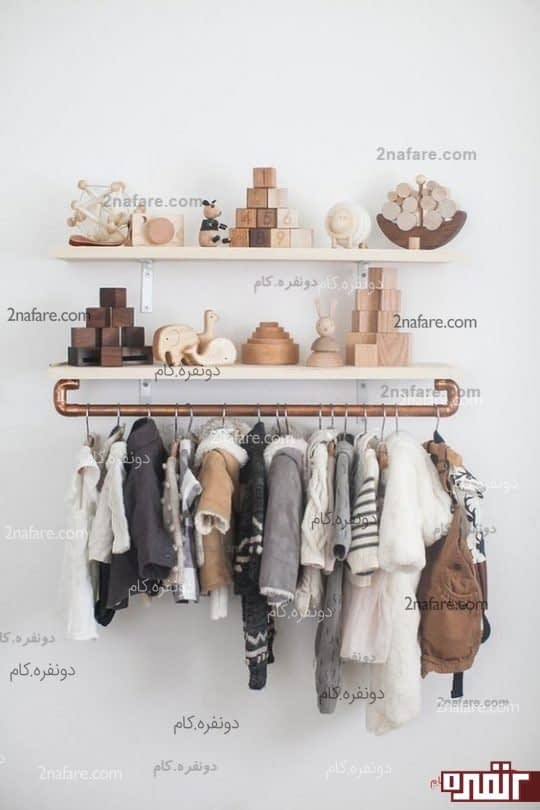 طراحی یک آویز لباس شاید به صورت موقتی که به یک شلف دیواری نصب شده است.