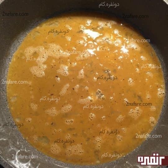 ریختن تخم مرغ هم زده در ماهیتابه