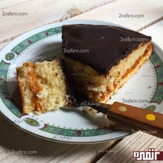 کیک لایه ای کارامل با سس شکلات