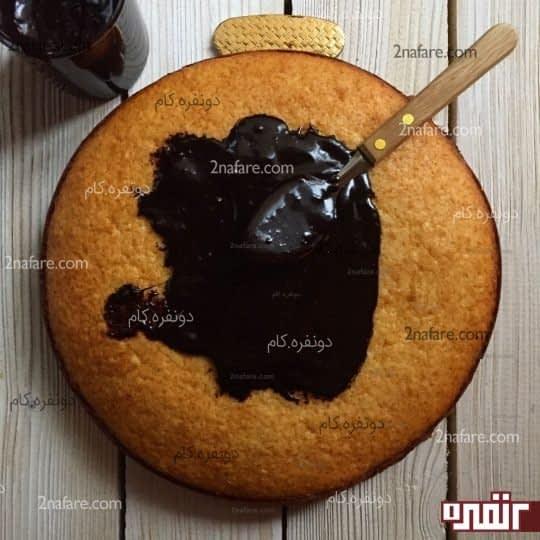 آغشته کردن کیک به سس شکلات