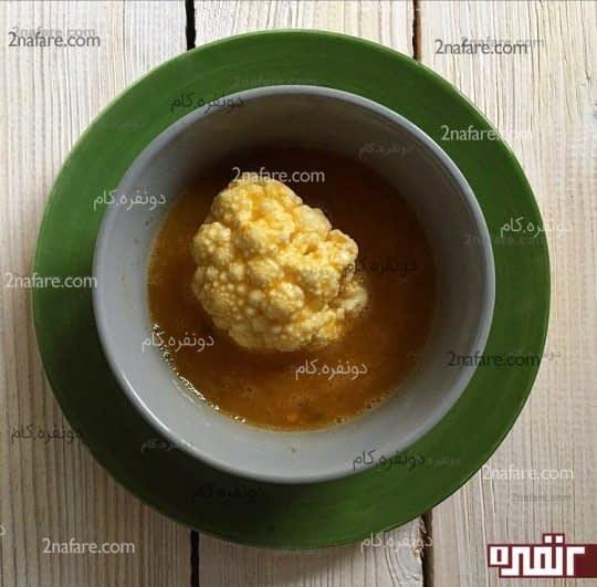 آغشته کردن گل کلم به تخم مرغ