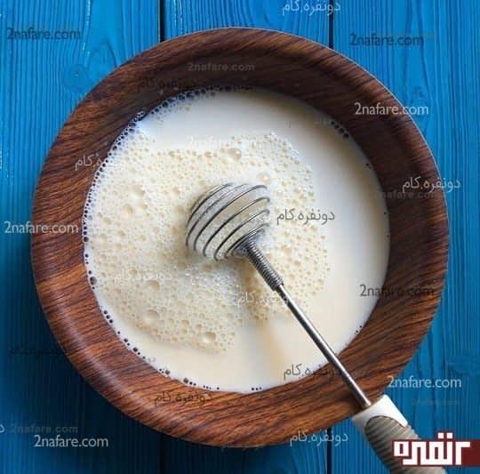 مخلوط کردن شیر، شکر و تخم مرغ