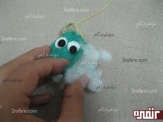 داخل عروسک رو پر از پشم شیشه میکنیم