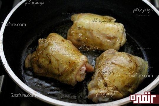 سرخ کردن مرغ های مزه دار شده