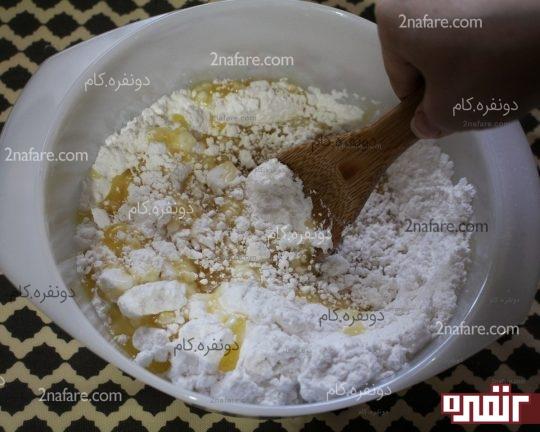 با یک قاشق چوبی پودر شکر رو به خورد مواد میدیم