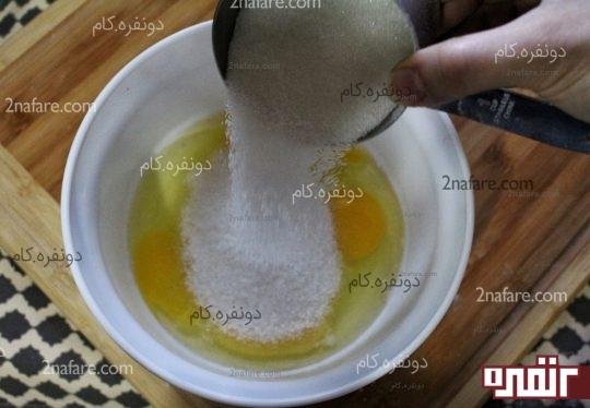 اضافه کردن شکر به تخم مرغ ها