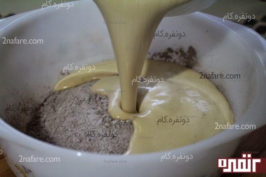 اضافه کردن مخلوط تخم مرغی به مواد خشک