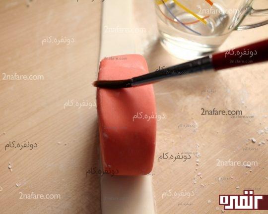 چسباندن فوندانت با قلم مو و آب