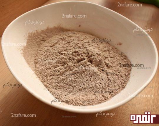 مخلوط الک شده آردو پودر کاکائو . بکینگ پودر