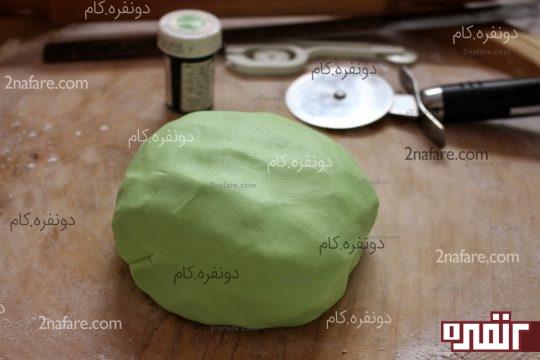 خمیر رنگ شده و آماده برای کار