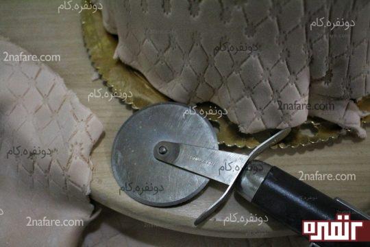 بریدن قسمت های اضافی خمیر