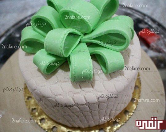 قرار دادن همه قسمت های روبان روی کیک