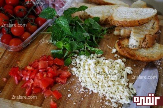 خرد کردن پنیر و گوجه فرنگی