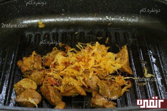 اضافه کردن پیاز به گوشت