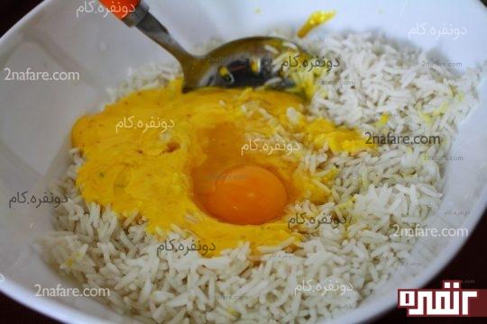 تخم مرغ و ماست زعفرانی به بقیه برنج