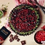 طرز تهیه تارت شکلاتی انار و فندق برای شب یلدا
