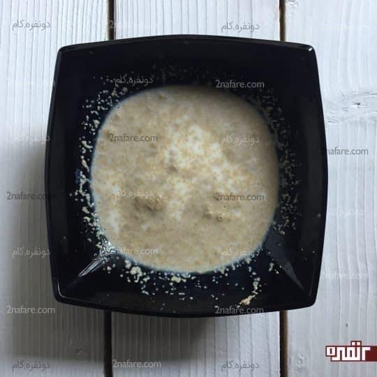ریختن پودر خمیر مایه در شیر