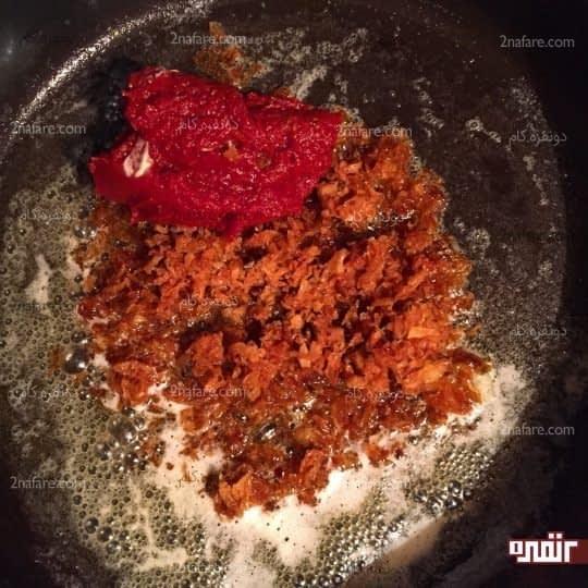 اضافه کردن رب به پیاز سرخ شده