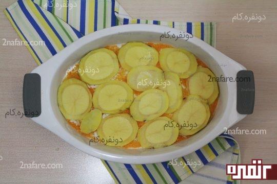 چیدن سیب زمینی های حلقه ای برای لایه اول