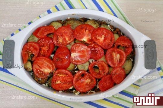 چیدن لایه دوم بادمجان و گوجه فرنگی