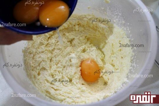 اضافه کردن زرده ها به مخلوط کره و شکر