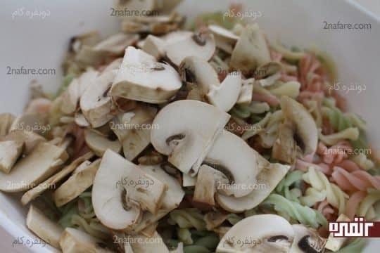 اضافه کردن قارچ های خرد شده به پاستای پخته شده