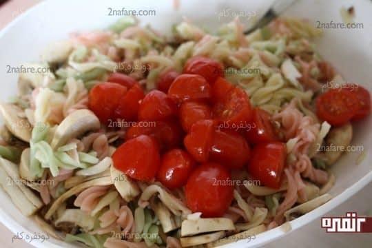 اضافه کردن گوجحه فرنگی های خرد شده به مخلوط پاستا
