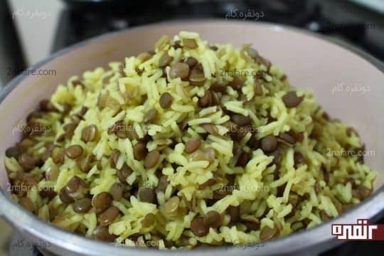 دم کردن مخلوط برنج و عدس پخته شده