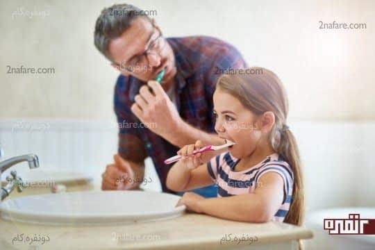 با بازی و آواز خواندن مسواک زدن را برای کودک جالب کنید