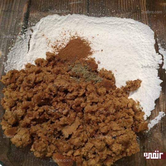 اضافه کردن آرد به پودر قند و ادویه ها