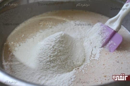 اضافه کردن آرد به مخلوط