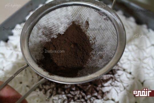 ریختن پودر کاکائو روی خامه ها بعد از استراحت
