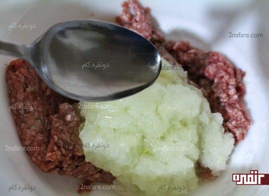 اضافه کردن روغن به گوشت و پیاز