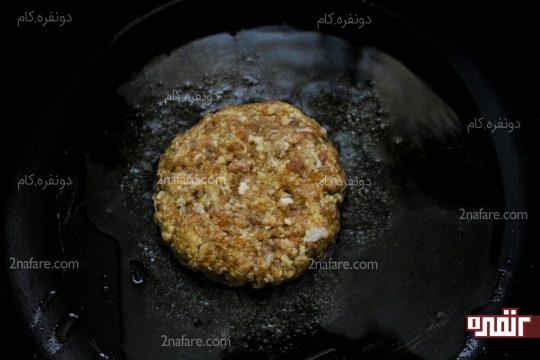 قرم دادن به گوشت و سرخ کردن همبرگر در روغن