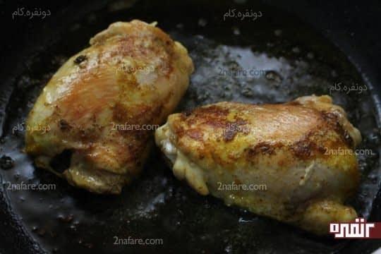سرخ کردن مرغ ها همرا با روغن