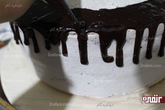 تزئین لبه های کیک با شکلات بن ماری شده