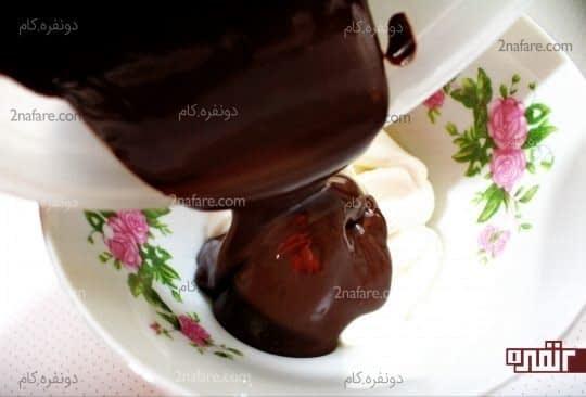 اضافه کردن شکلات مذاب به خامه