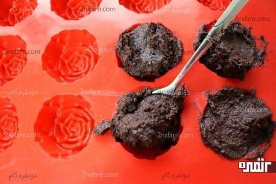 پر کردن حفره های قالب با مخلوط شکلاتی