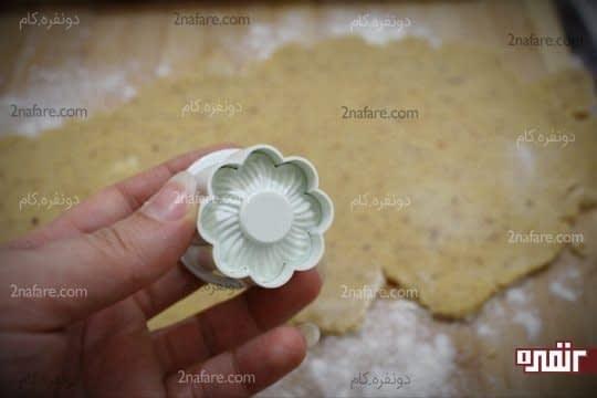 باز کردن خمیر و قالب زدن با کاتر شیرینی