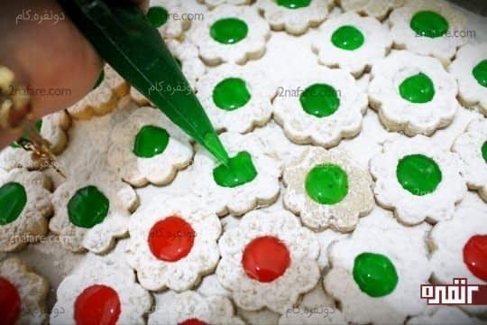 پر کردن میان شیرینی های آماده شده