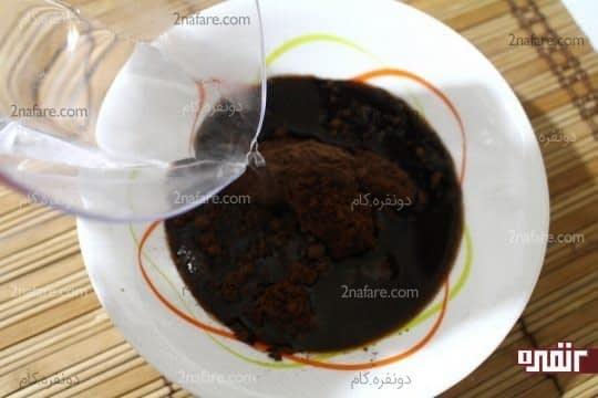 اضافه کردن آب جوش به مخلوط پودر قهوه و پودر کاکائو